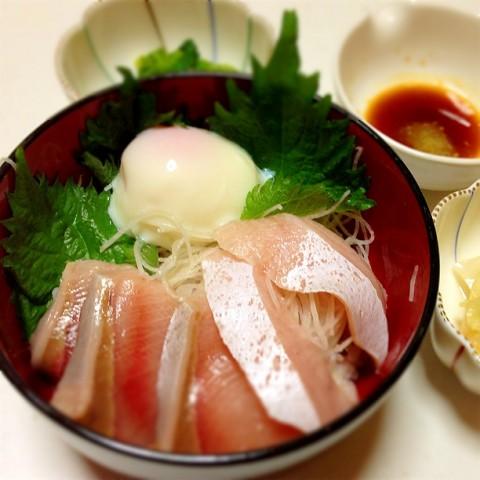 温たまを乗せた海鮮丼