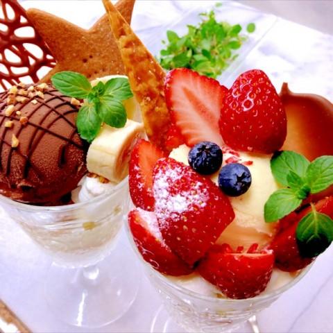 watanabekazumiさん チョコレートパフェと季節限定のいちごパフェ