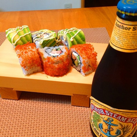 yanagiさん カルフォルニア繋がりってことでwwアンカースチームビールにカルフォルニアロールとドラゴンロールを作ってみた。